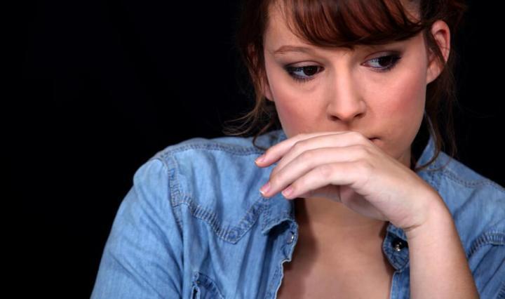 Mujer tratando de sobrellevar el sentimiento de culpa