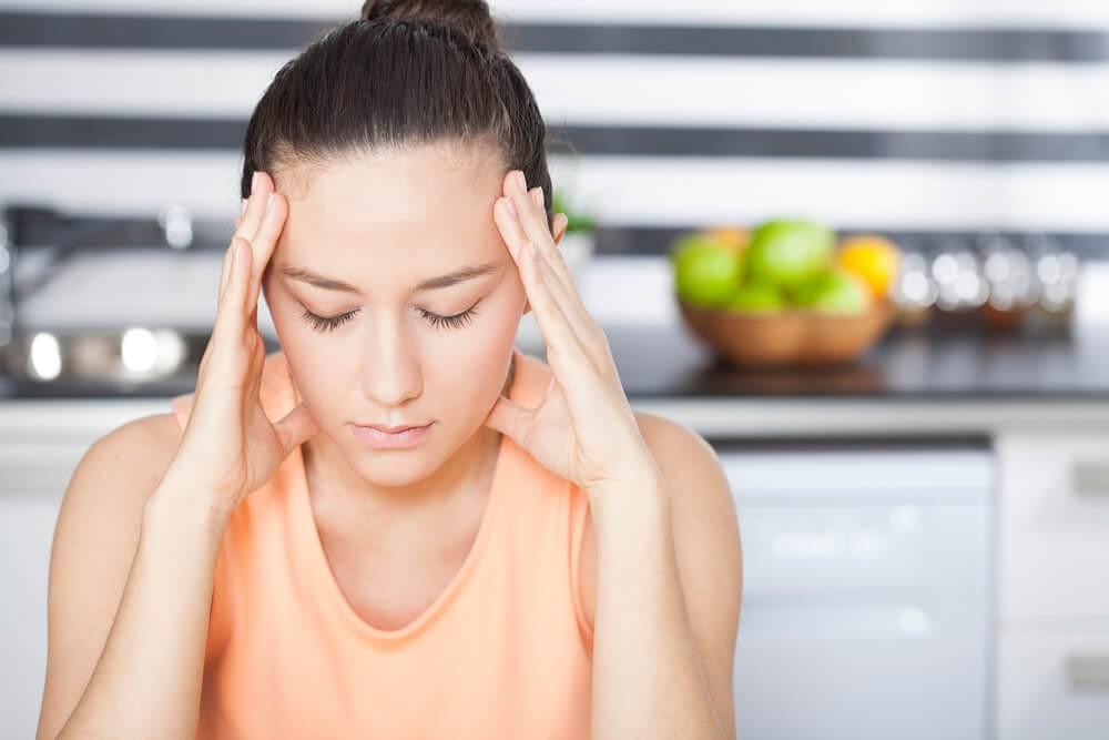 Mujer sufriendo de un trauma en su hogar