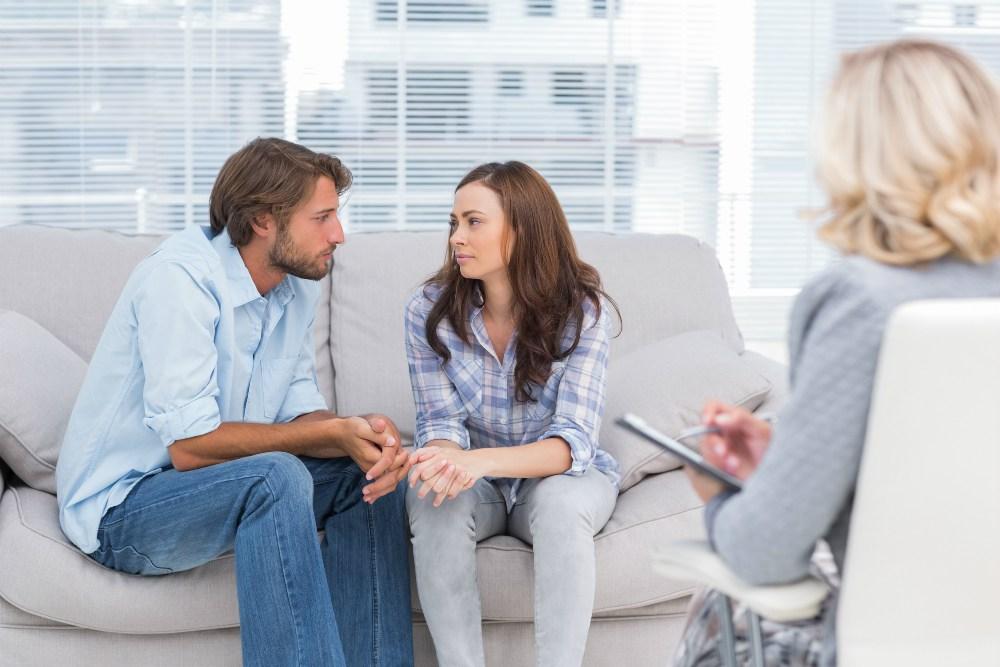 Pareja en terapia psicologica hablando de los problemas de pareja