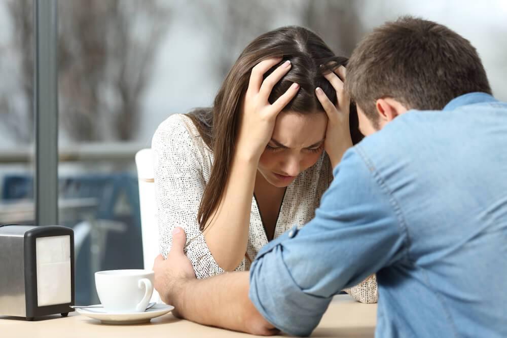 Mujer hablando con su pareja de la carencia afectiva que siente por parte de él