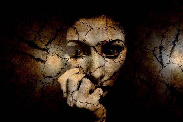Rostro de una mujer sufriendo de ansiedad