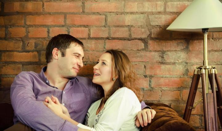 Pareja hablando tranquilamente de como construir una relación conyugal saludable a través de la comunicación