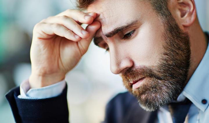 Ejecutivo sufriendo de enfermedades mentales