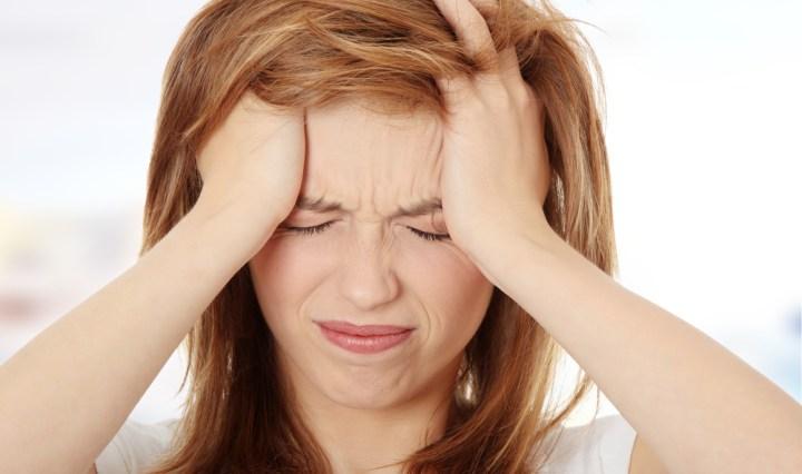 Chica con malestar a causa del estrés en el trabajo