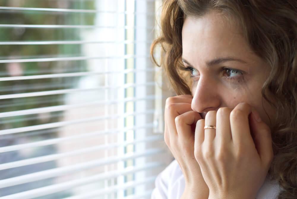 Mujer sufriendo de malestar consigo misma a causa del miedo que siente