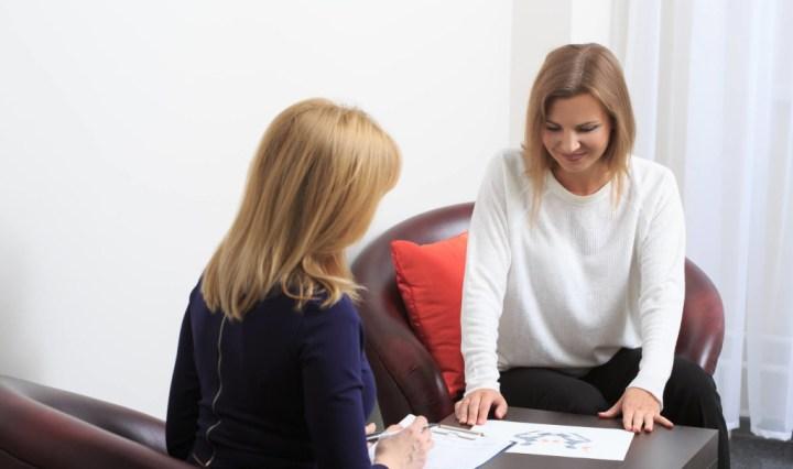 Mujer pidiendo asesoria a una psicologa para ser más competente y mejorar en el trabajo