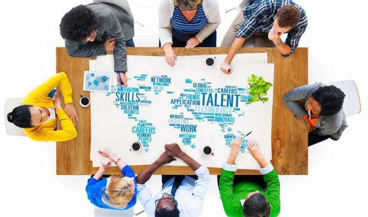 Grupo de personas discutiendo de las soft skills más importantes en el mercado laboral