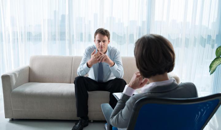 Empleado mejorando su desempeño gracias a la psicóloga laboral
