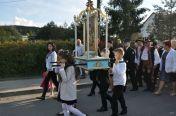 Obraz niesie delegacja dzieci przystępujących wtym roku doIKomunii Świętej