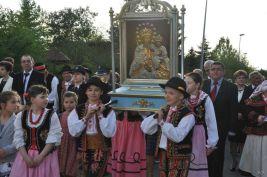 """Obraz niesie delegacja """"Ptoszkowioków"""""""