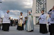 Procesyjne przeniesienie obrazu Matki Bożej Radosnej donowego kościoła