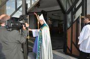 Uroczyste otwarcie drzwi nowego kościoła dla wiernych przezKs.Biskupa