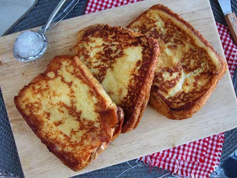 pain perdu au beurre de cacahuetes et confiture de fruits rouges