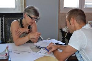 Maria do Céu Quintas em reunião com um funcionário da autarquia/ Foto: Salomé Ferreira