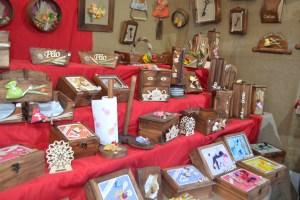 Peças em madeira expostas na Feira de Artesanato