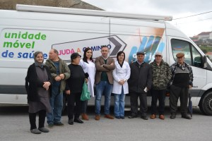 A equipa da Unidade Móvel de Saúde com um grupo de utentes/Foto: Salomé Ferreira
