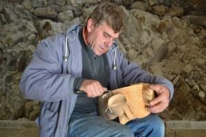 Adão Almeida, o artesão mais antigo das máscaras de Lazarim