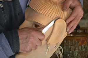 Fabrico de uma máscara lazarinense em madeira de amieiro