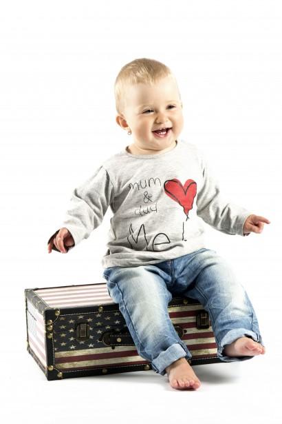 Niño sentado en la maleta