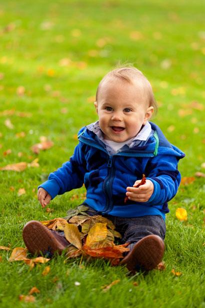 Bebé jugando en el otoño