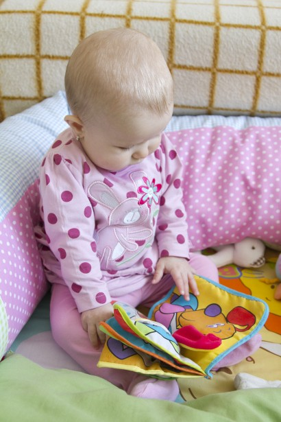 Bebé que mira el libro