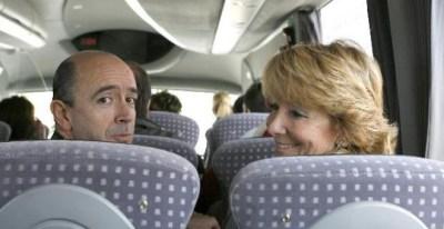 La presidenta de la Comunidad, Esperanza Aguirre, y el consejero de Sanidad, Manuel Lamela, se dirigen en autobús a la inauguración del centro de salud del Ensanche de Vallecas en marzo pasado.