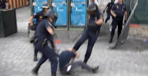 Tres agentes de la Policía Nacional golpean a un manifestante.- AMNISTÍA INTERNACIONAL