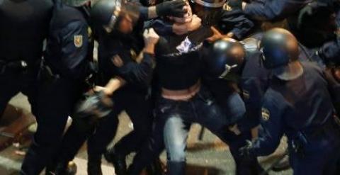 Antidisturbios rodean a un manifestante. - REUETRS