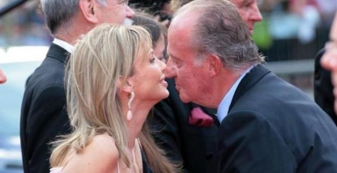 Corinna zu Sayn-Wittgenstein saluda al rey Juan Carlos I en una recepción oficial en 2005.