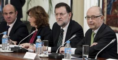El presidente del Gobierno, Mariano Rajoy, con la vicepresidenta Soraya Sáenz de Santamaría y los ministros Luis de Guindos y Cristóbal Montoro. EFE
