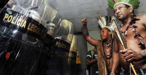 Dos indígenas brasileños, durante una protesta en diciembre de 2014. - AFP