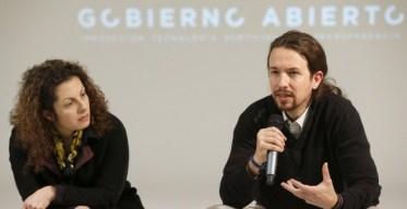 El secretario general de Podemos, Pablo Iglesias, durante la reunión que mantuvo hoy en Madrid con Beth Noveck, asesora del presidente de EEUU, Barack Obama, en materia de transparencia y gobierno abierto. EFE/Chema Moya