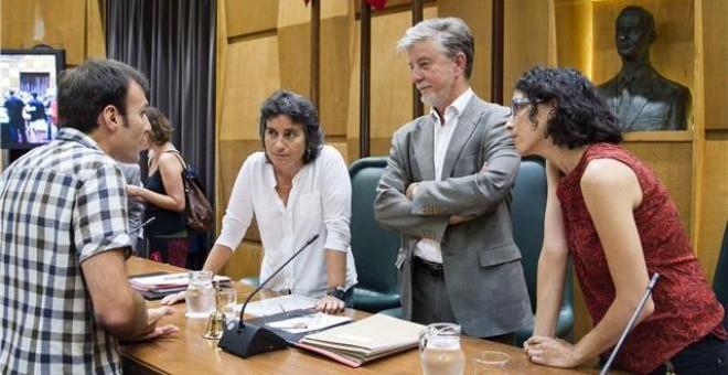El alcalde de Zaragoza, Pedro Santisteve, charla con sus concejales antes del inicio de un pleno. / EFE