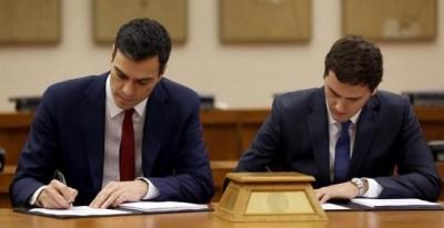 Sánchez y Rivera firman el pacto. / CHEMA MOYA (EFE)