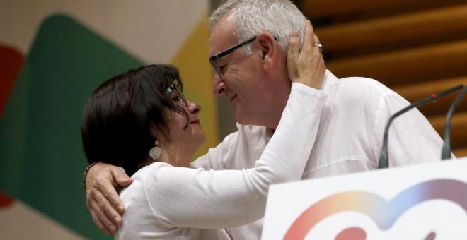 Cayo Lara besa a su esposa, Juana Quiralte,durante su intervención en la Asamblea Federal de IU en la que se despide formalmente con el balance de su gestión.EFE/Chema Moya