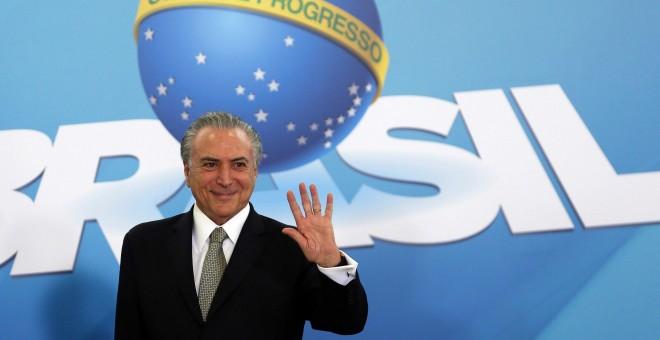 Michel Temer saluda durante un encuentro con representantes del sector de la construcción en Brasilia. /REUTERS