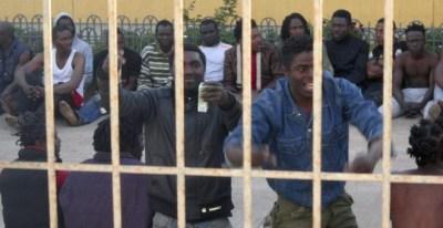 Inmigrantes en un CIE de Melilla. EFE