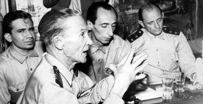 De izquierda a derecha, el periodista Miguel Urbano Rodrigues y el triunvirato formado por Galvao, Velo y Sotomayor.