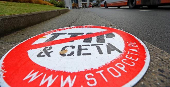 """Una pancarta en la que se lee """" STOP TTIP CETA"""" frente a la sede de la UE en Bruselas, Bélgica. / REUTERS"""