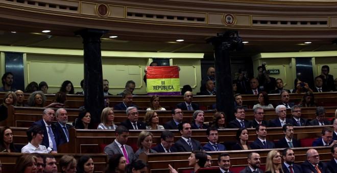 El senador de IU Inaki Bernal sostiene la bandera republicana durante la intervención del rey Felipe VI en la sesión solemne de apertura de la XII legislatura. REUTERS/Susana Vera