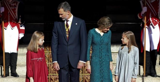 El rey Felipe VI, la reina Letizia, la princesa Leonor y la infanta Sofía, durante la parada militar frente al Congreso de los Diputados tras la sesión de la apertura solemne de la XII legislatura. REUTERS/Sergio Perez