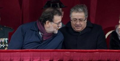 El presidente del Gobierno, Mariano Rajoy (c), junto a los ministros de Defensa, María Dolores de Cospedal (2i), y del Interior, Juan Ignacio Zoido. - EFE