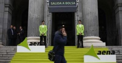 El edificio de la Bolsa de Madrid, decorado el primer día de cotización de Aena en el mercado, en febrero de 2015. REUTERS