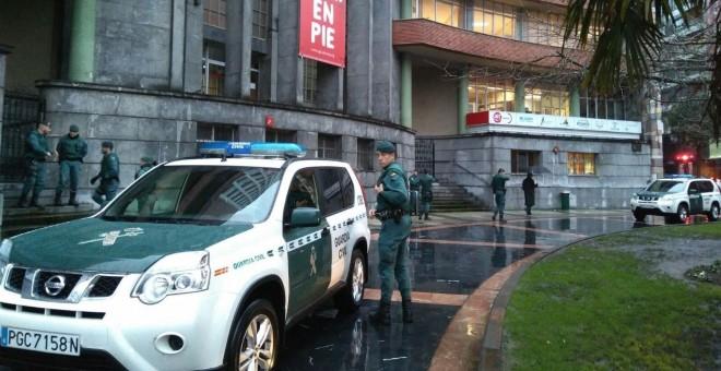Patrullas de la Guardia Civil a las puertas de la sede de UGT en Asturias. /EP