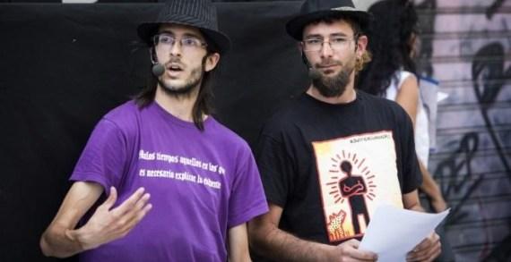 Alfonso Lázaro, a la izquierda, y Raúl García, integrantes de la compañía Títeres desde Abajo / Efe