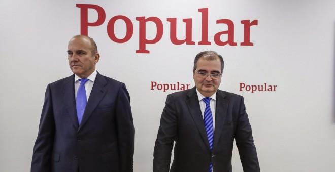 El presidente saliente del Banco Popular, Ángel Ron (d), junto al consejero delegado de la entidad, Pedro Larena (i), durante la presentación de los resultados de 2016. EFE/Emilio Naranjo