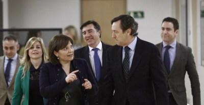 La presidenta del PP en la Comunidad Valenciana, Isabel Bonig (i), conversa con el portavoz del PP en el Congreso, Rafael Hernando (d), tras el Consejo de Dirección del grupo parlamentario popular en el Congreso. EFE/Emilio Naranjo