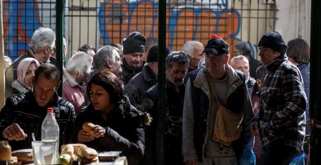 Personas hacen cola para entrar en un comedor social gestionado por la Iglesia Ortodoxa, en Atenas. REUTERS/Alkis Konstantinidis