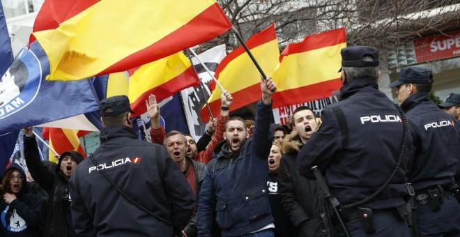 Manifestantes ultraderechistas de Hogar Social Madrid.- EFE