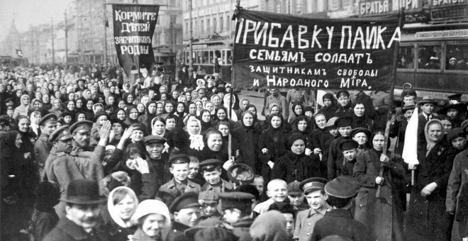 Manifestación contra la guerra. Obreras de la fábrica de Putilov, Petrogrado, 2 de febrero de 1917.